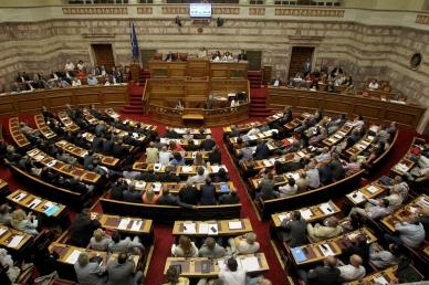 Parlamento griego aprueba por mayoría tercer rescate