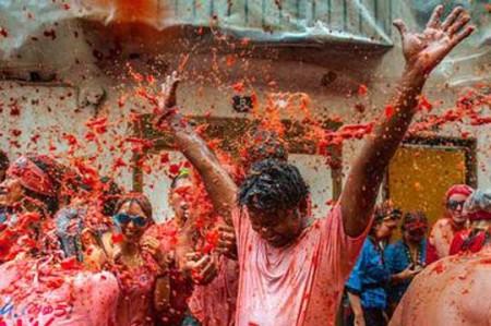 Miles celebran el 'Día de la Tomatina'; video