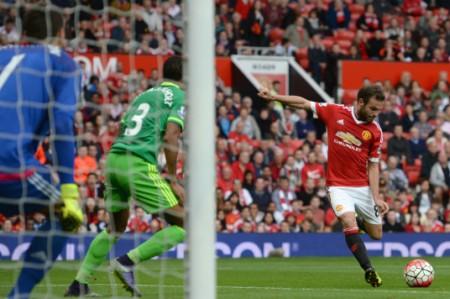 Manchester United arrebata la punta de la Premier Legue al City