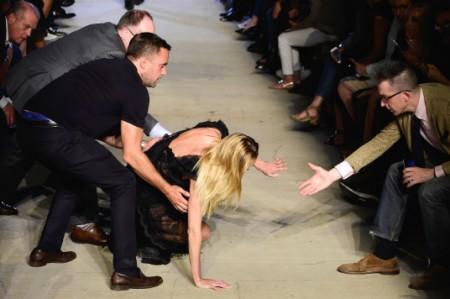 La modelo Candice Swanepoel tropieza y cae en pasarela de NY