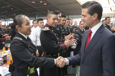 Recibe Peña Nieto a soldados y marinos que participaron en desfile