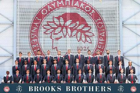 Pulido en la foto oficial del Olympiacos con camiseta 17