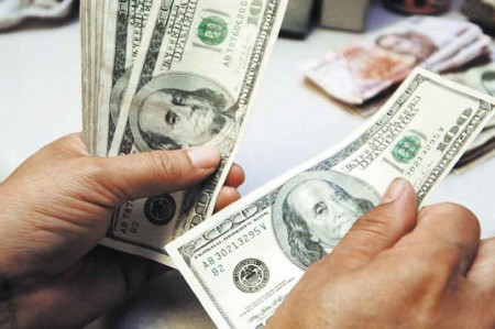 Hasta en $17.33 se vende dólar en bancos