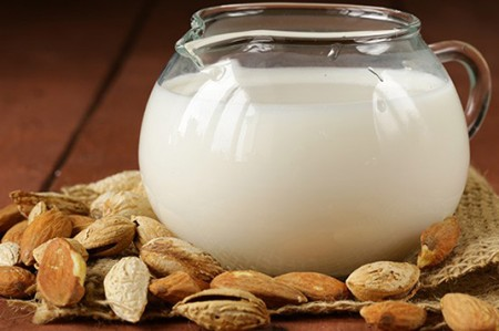 Emprendedores mexicanos ganan mercados con leche de almendras