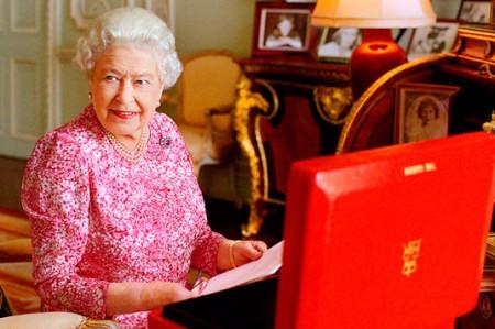 La reina Isabel II rompe récord al frente Inglaterra