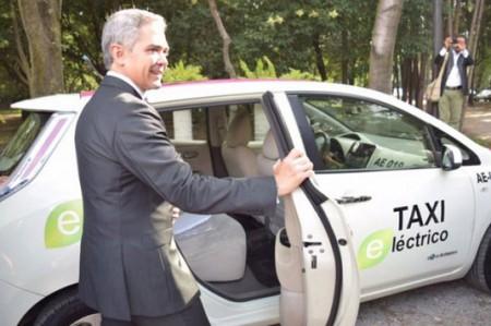 Mancera utiliza taxi eléctrico en Día Mundial sin auto