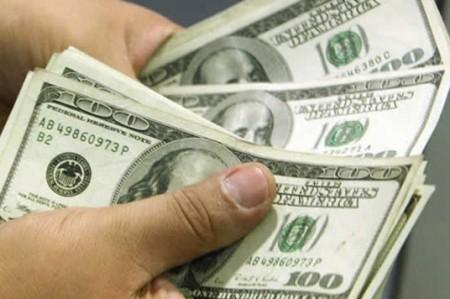 Dólar cierra en $18.59 tras alza de tasa de Banxico