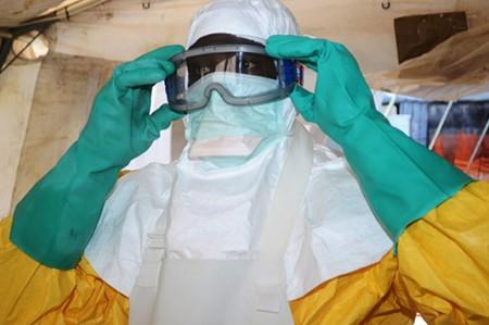 Sierra Leona pone en cuarentena a 700 personas por regreso del ébola