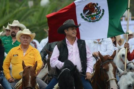 Llega 'El Bronco' en cabalgata en primer día de gobernador
