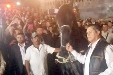 Con chaleco y a caballo 'El Bronco' llega al Palacio de Gobierno