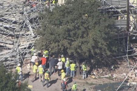 Andamio se colapsa en edificio en Texas, varios obreros atrapados