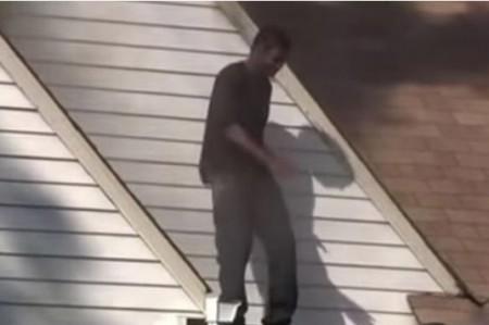 Incendia casa de su ex novia y baila en la azotea