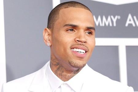 Intentan agredir a Chris Brown afuera de antro