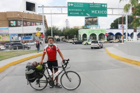 Ciclista canadiense pasa por Reynosa