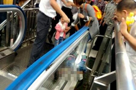 Niño muere 'tragado' por escalera eléctrica frente a su madre