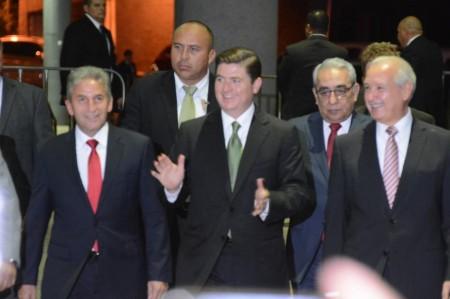Llega Medina al Congreso; sólo dice 'gracias'