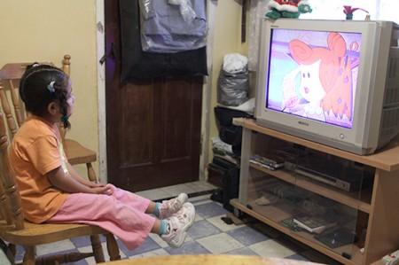 Tres horas al día de 'sofá y tele' pueden dañar capacidad intelectual