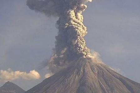 Volcán de Colima emite fumarola de 1.6 kilómetros con ceniza