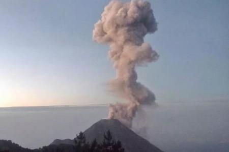 Volcán de Colima emite dos fumarolas de 1.5 kilómetros de altura