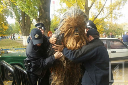 Policía de Ucrania arresta ¡a Chewbacca!; VIDEO