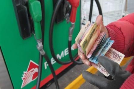 Inicia 2017 con alza y doble precio a gasolina