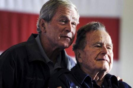 Bush padre critica administración de su hijo George