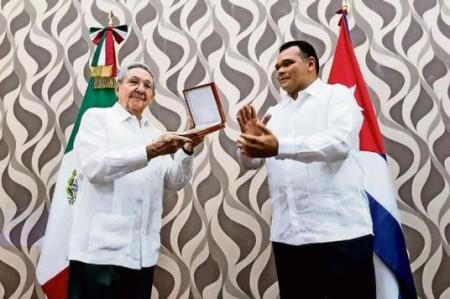 Condecoran a Castro por impulso a unidad de AL