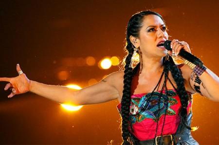 Lila Downs honra a los muertos con su música y alegría