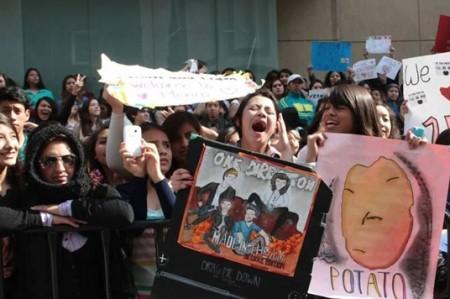 One Direction se asoman y desatan el furor de los fans