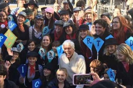 Dick Van Dyke cumple 90 y lo sorprenden con flash mob; video