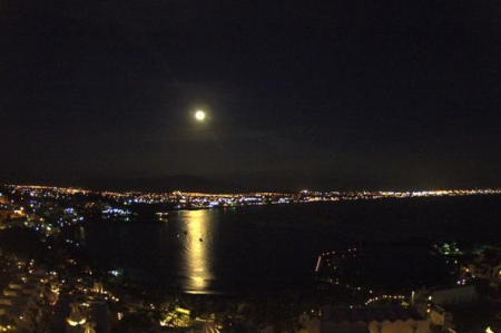 Captan imagen de Luna llena navideña