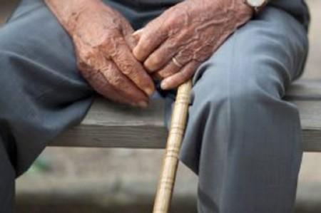 Enfermedad de parkinsonismo, viable causa de encorvamiento en ancianos