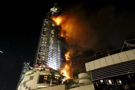 Enorme incendio en un hotel de Dubái antes de los festejos de fin de año