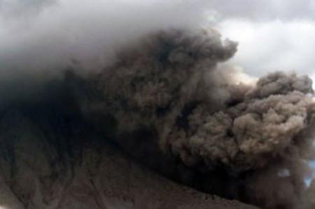 Mil 200 evacuados en Indonesia ante inminente erupción de monte Egon