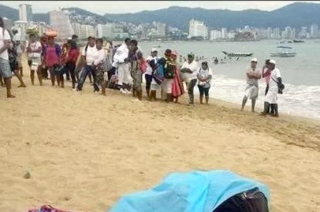 Matan a vendedor en Acapulco; asesino huye en moto acuática