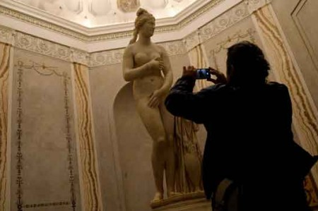 Tapan estatuas de desnudos por visita de presidente iraní