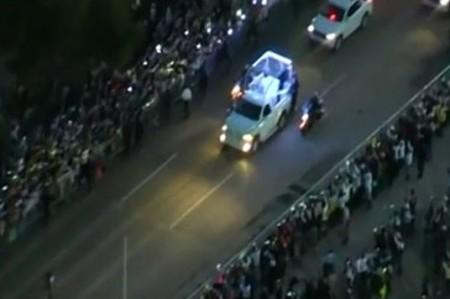 Fieles iluminan el camino del pontífice rumbo al aeropuerto