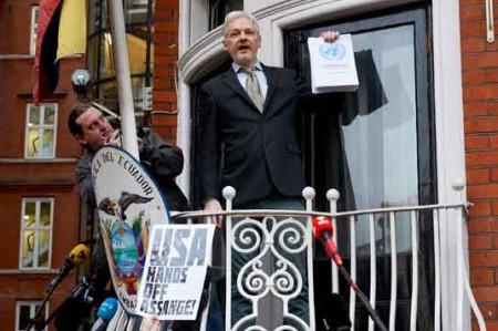 Assange clama 'victoria' desde balcón en Londres