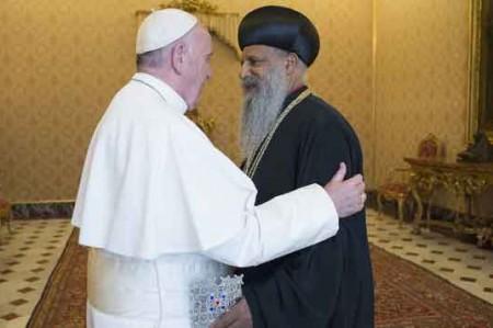 El Papa abraza a otro líder ortodoxo