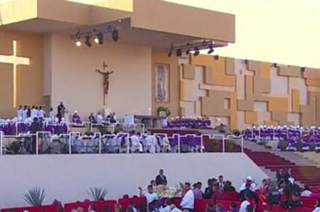 Abandona Francisco el templete donde ofició la última misa de su gira