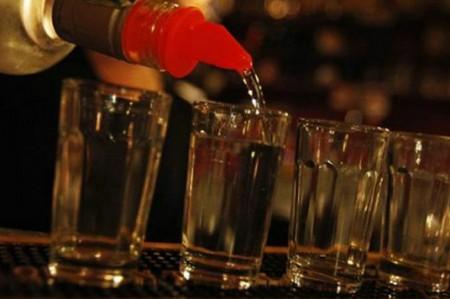 Mueren 24 personas por consumir licor adulterado en Indonesia