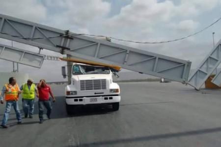 Caen letreros de puentes internacionales y postes por vientos en Reynosa