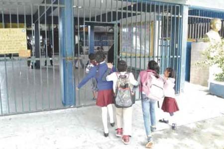 Detienen a docente por no dar uniformes