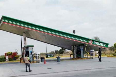 Ventarrón tira techo de gasolinera en Reynosa; video