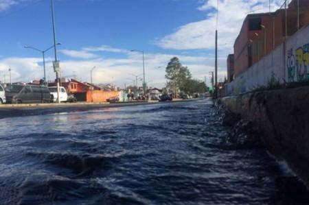 Reportan fuga de agua en la delegación Iztapalapa
