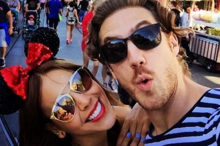 Danna Paola y Eugenio Siller festejan Día del Niño en Disneylandia