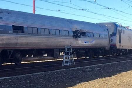 Mueren dos personas tras descarrilar tren de pasajeros en Filadelfia