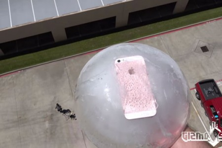 Congelan iPhone SE y lo lanzan 30 metros, como prueba de resistencia