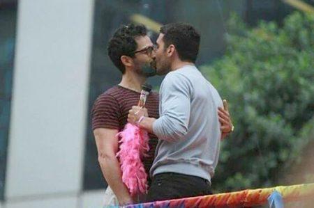 Poncho Herrera se besa con otro hombre en desfile gay
