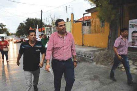 Carlos Solís hace campaña con lluvias